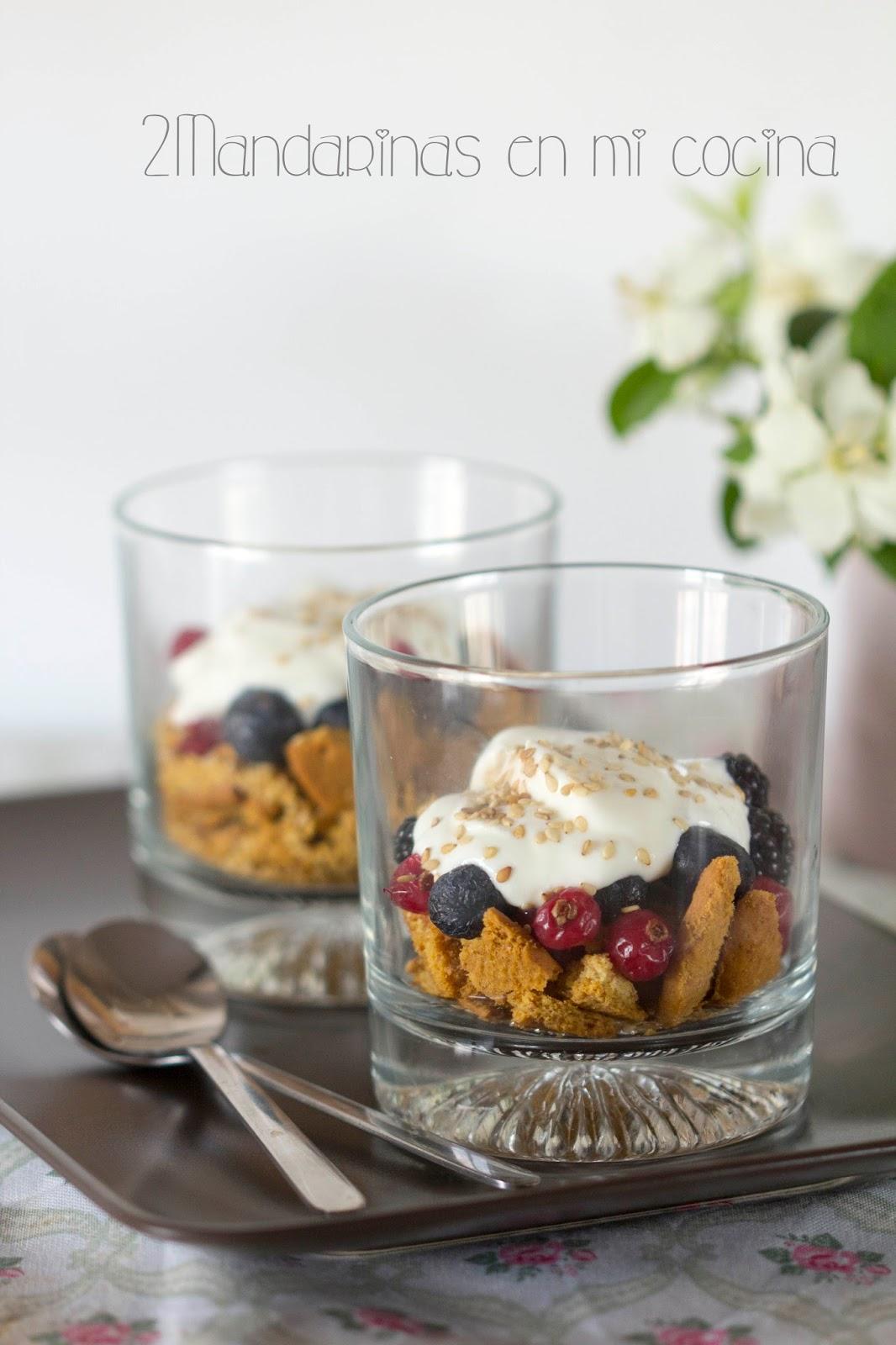 Desayuno perfecto. Galletas digestive con frutas del bosque y yogur griego