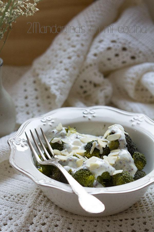 brocoli con salsa de yogur y mostaza