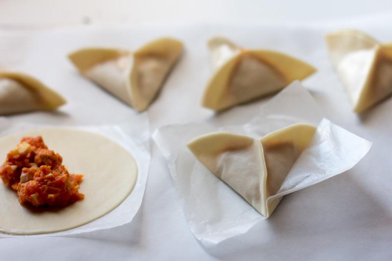plegado de las Empanadillas de atún y huevo con semillas de amapola