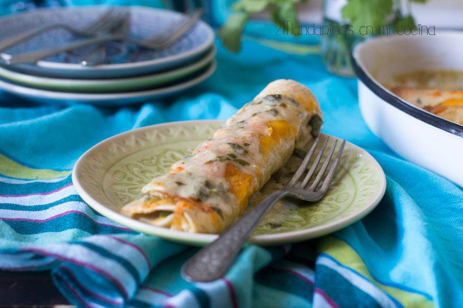 Enchiladas de pollo con aguacate, queso cheddar y crème fraîche.