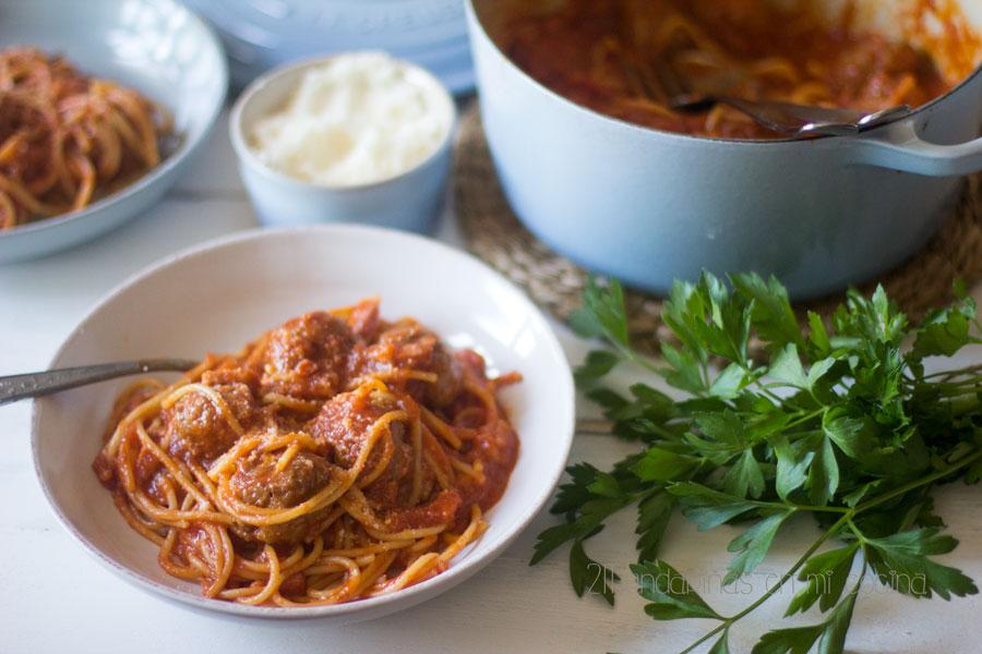 Espaguetis con albóndigas y tomate frito en cocotte