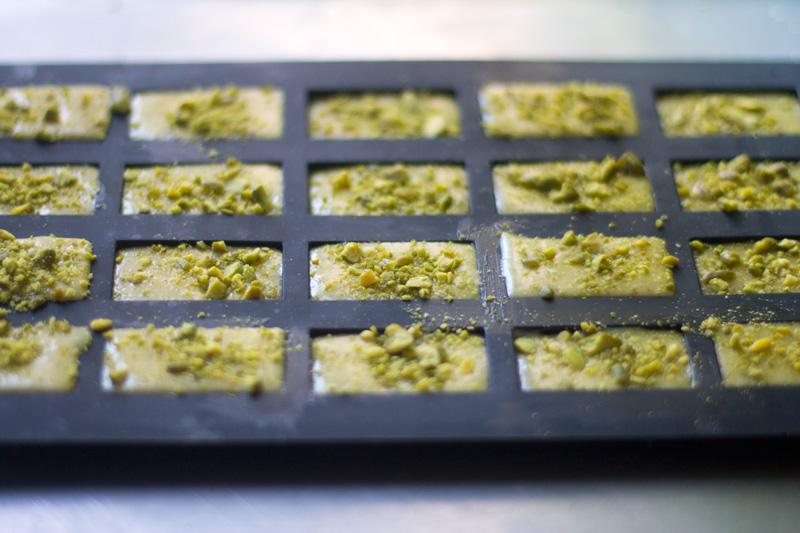 financieros de pistachos listos para meter en el horno