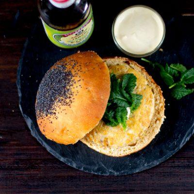 Hamburguesa de pollo y kale con salsa de soja tamari