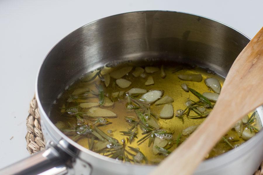 como preparar vinagreta de ajos y romero para merluza al horno