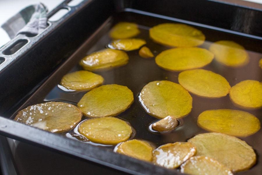 como preparar patatas confitadas para merluza al horno con vinagreta de ajos y romero