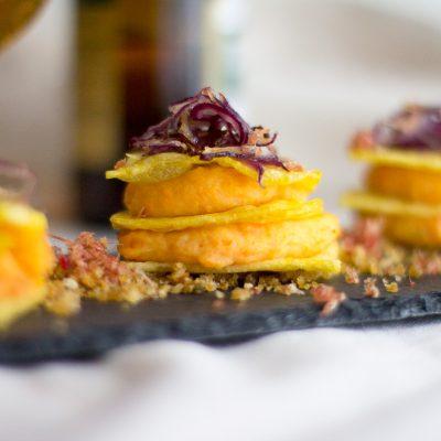 Milhojas de patata con cremoso de patata y zanahoria sobre migas con jamón