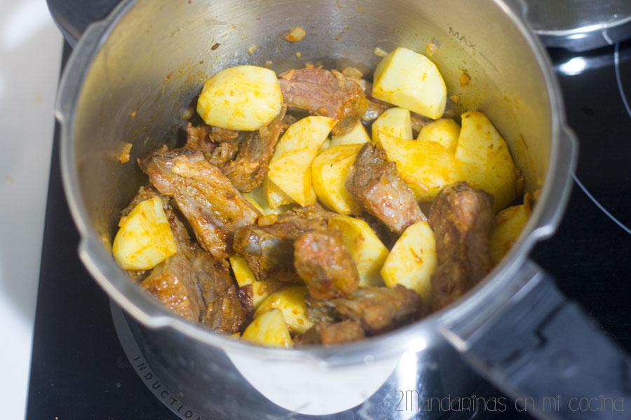 paso a paso de como preparar patatas con costillas
