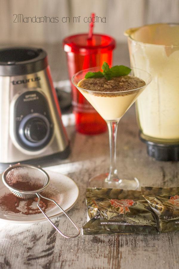 como preparar Smoothie de melocotón, aceite de coco, helado de vainilla, nueces de california y cacao