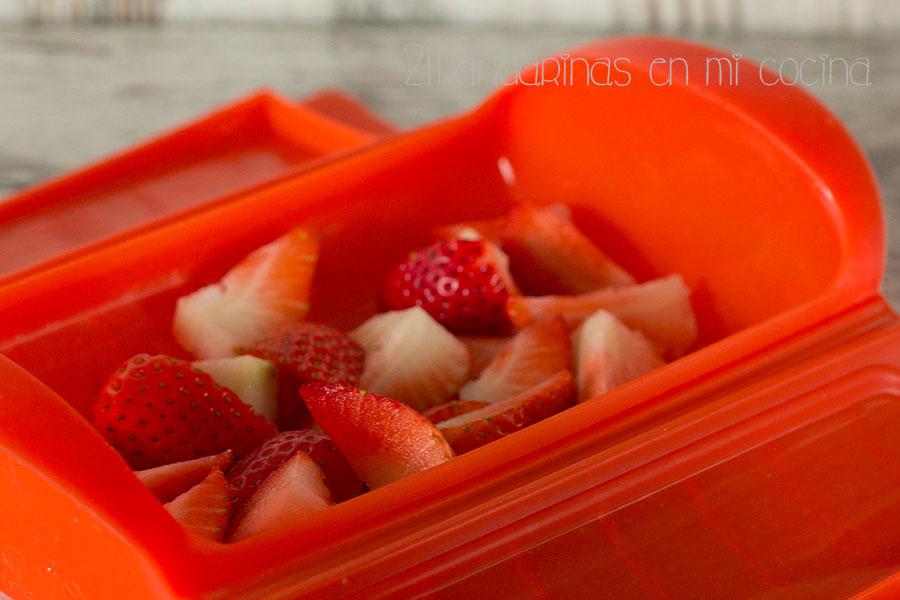 como elaborar tartar de fresas con menta y pistachos. receta saludable con @lekue_es