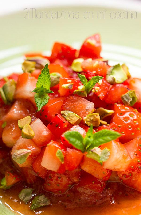 como preparar tartar de fresas con menta y pistachos