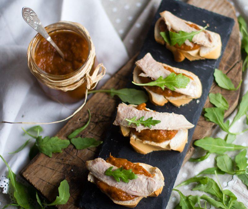 Tosta de piperrada con ventresca y rúcula. Receta en crock-pot