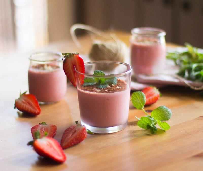 Smoothie de fresas, AOVE, almendras, yogur griego, miel y cacao