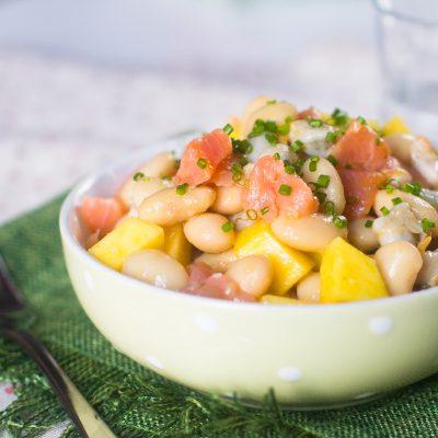 Ensalada de judías blancas con berberechos y salmón ahumado con vinagreta de mango