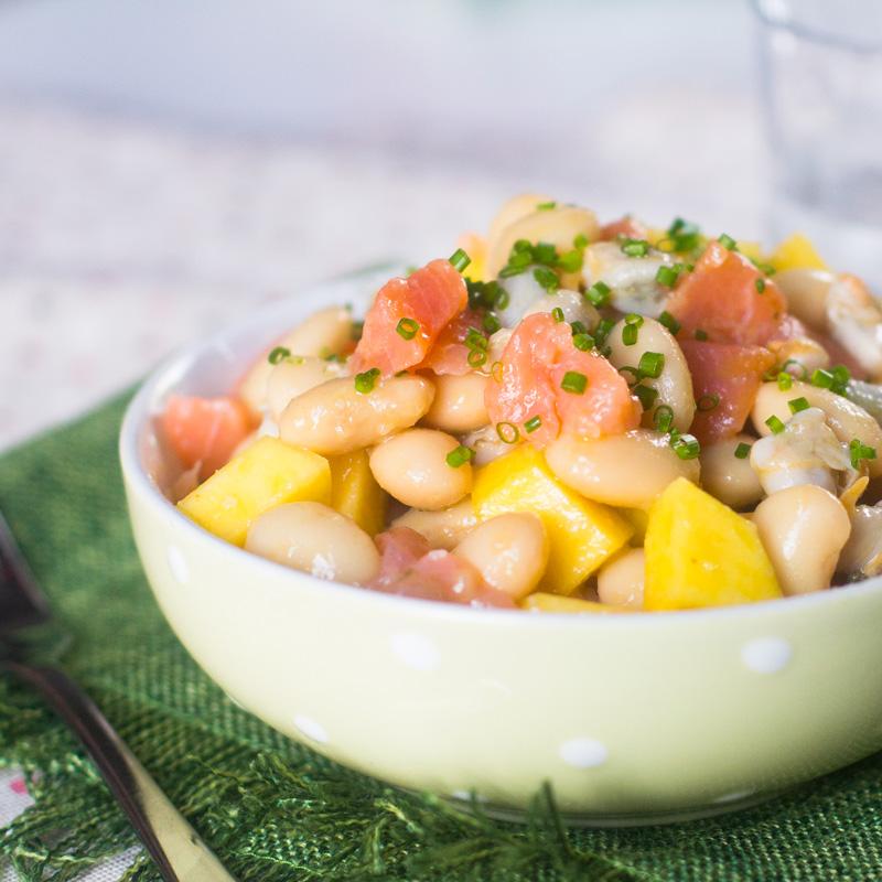 judías blancas con berberechos y salmón ahumado con vinagreta de mango