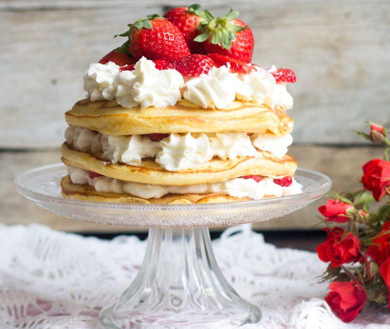 Tarta de tortitas con nata y fresas