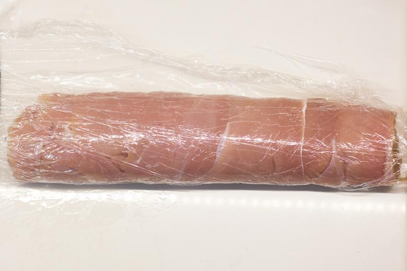 rollo de pavo con puré de calabaza y teja de parmesano