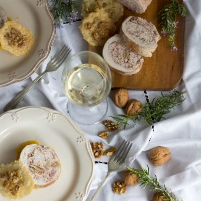 Rollo de pavo con puré de calabaza y teja de parmesano y nuez