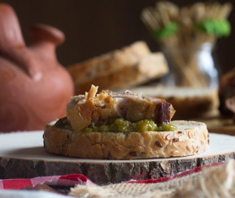 Bocadillo de panceta con salsa de pimientos verdes. Receta en Crock-pot