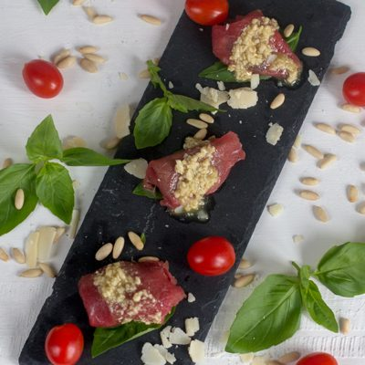 Carpaccio de ternera con piñones, albahaca y tomates cherry confitados. Receta en crock-pot