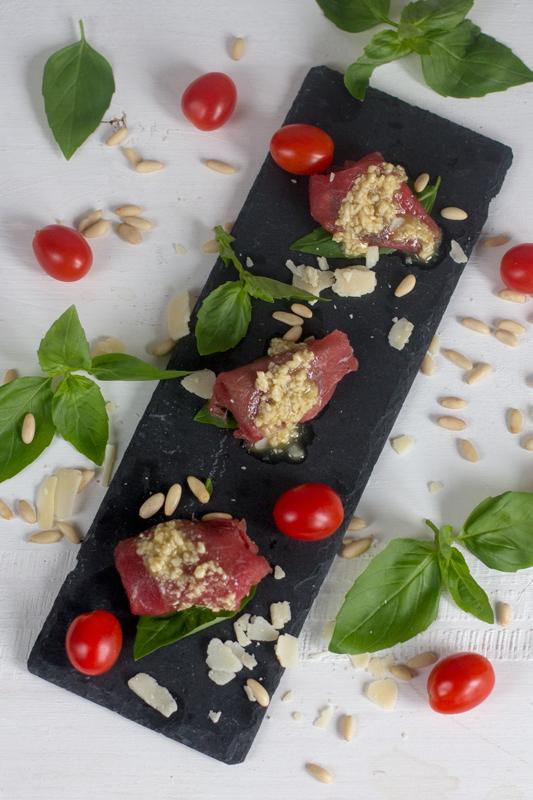 Carpaccio de ternera con tomates cherry confitados, piñones y albahaca