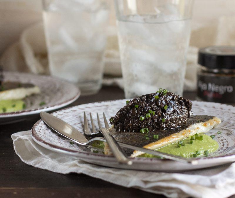 Dorada a la plancha sobre crema de guisantes con paté de aceitunas negras al ajo negro
