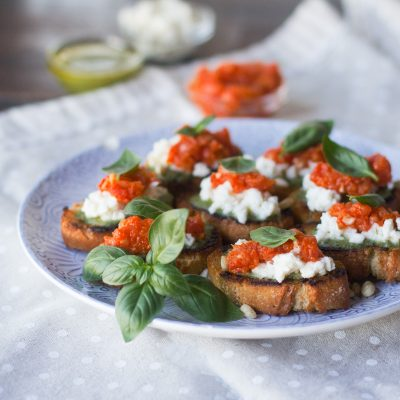 Crostini de pesto, tomate y mozzarella