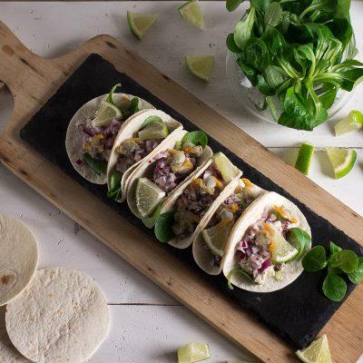 Tacos de berberechos y cebolla roja a la lima