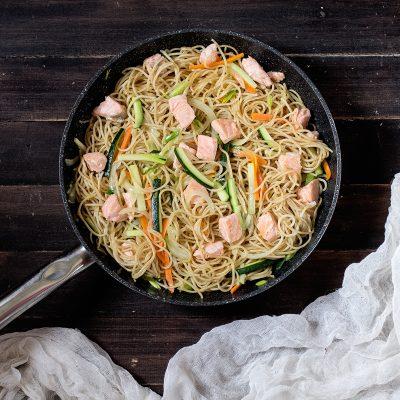 Pasta integral con salmón noruego y verduras