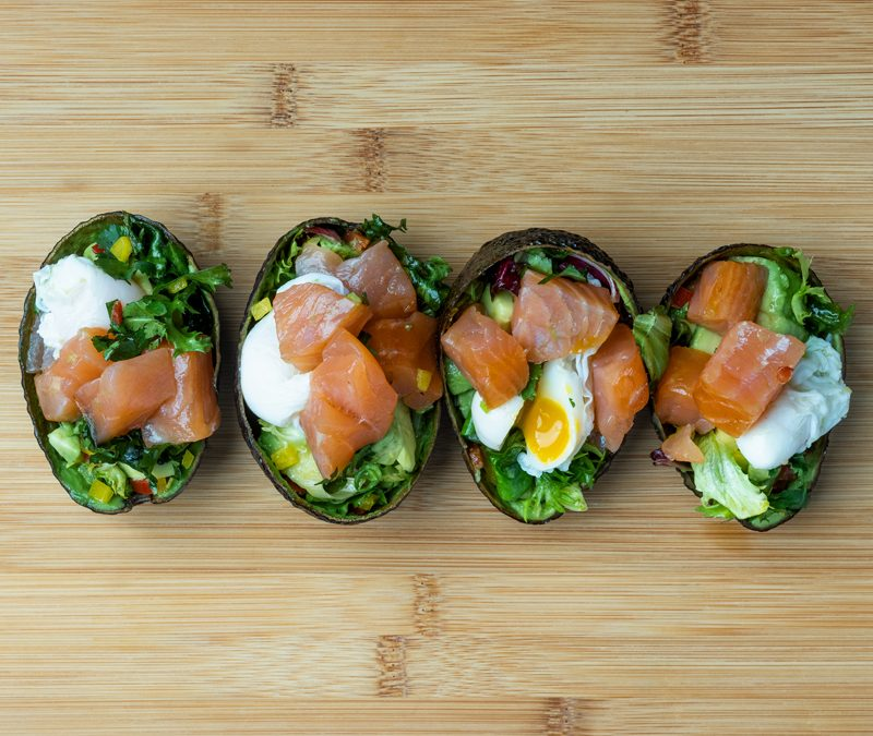 Barquitas de salmón ahumado noruego, aguacate y huevo poché de codorniz
